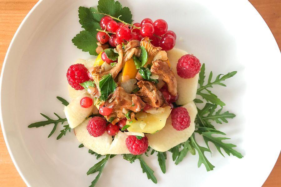 Pfifferling-Salat mit Beeren, Pfirsich und Rucola - Rezeptbild | Gourmetköchin Petra Braun-Lichter
